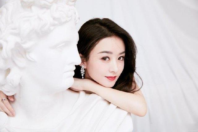 Zhao Liying and Feng Shaofeng held hands and looked at Ying Bao's face. She always felt that she was a fresh graduate. The age reduction effect of round face + crescent shaped double eyelid is so good  The round face girl paper may refer to Yingbao's eyes and make a crescent-shaped double eyelid. The distance between the head and the end of the eye is narrower, the middle is the widest, and the curved shape is suitable for round face sisters. But crescent-shaped double eyelids are not suitable for people with loose eyelids, and it is easy to fall with the age.