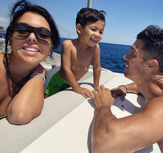 Ronaldo's family of three yachts ride the wind and waves, the 2-year-old child is the protagonist, Georgina's posture is tall and sweet