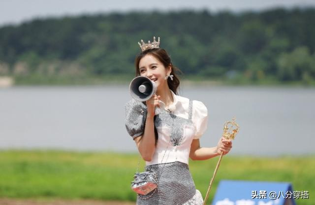 Baby is really an invincible beautiful girl! Wearing a crown and a scepter is noble and elegant, wearing a shirt is beautiful