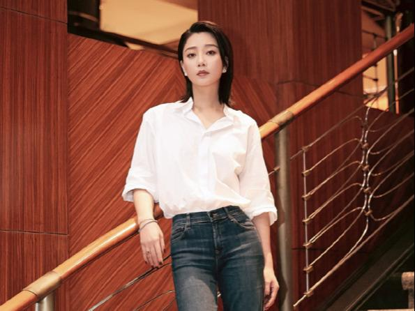 Yin Tao's figure is really suitable for wearing a shirt. The sleeves are stretched out to show her slender forearms, showing a cool air.