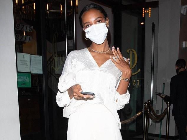 Victoria's Secret's current only black model was proposed! Show off 1.7 million wedding rings in public