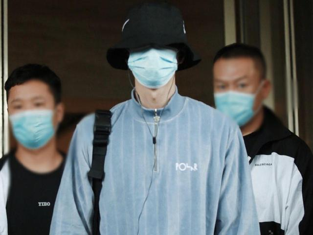 Wang Yibo's airport private service is too eye-catching, minimalist dressing to release the charm of her boyfriend, clean and handsome
