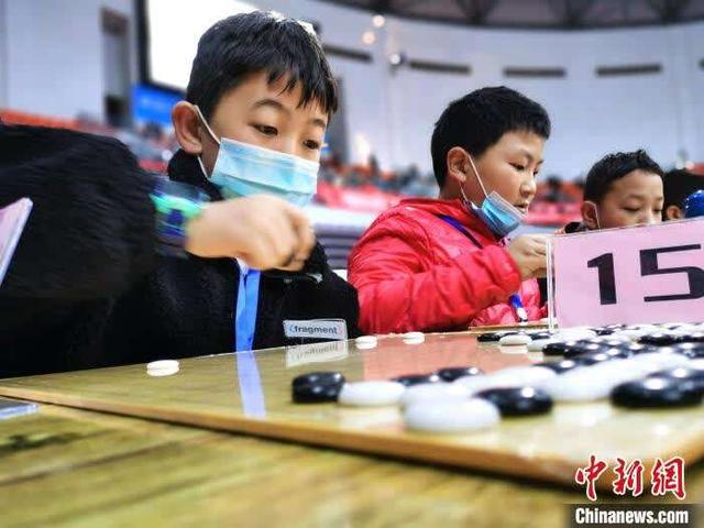 Nearly 2,000 teenagers in Qinghai competed on the same field, carrying out seven rounds of chessboard games