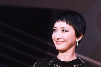 Zhou Xun is quite suitable for eyeliner. He wears a black skirt with short hair and a height of 161cm. He is also European and American.