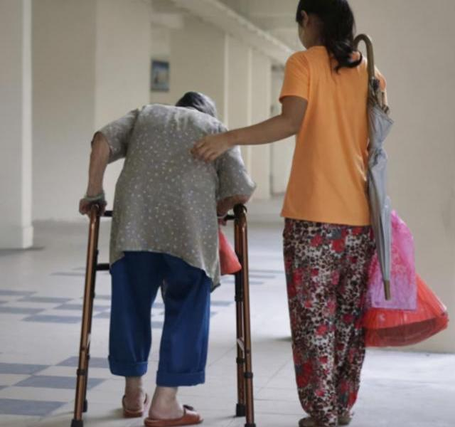 The post-95 Burmese nanny cried and was forced to sleep in a bed with a 100-year-old man. The elderly son:convenient to take care of