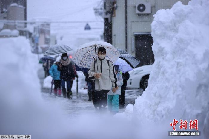 Record snowfall in some parts of Japan, more than 1,000 cars stuck and unable to move