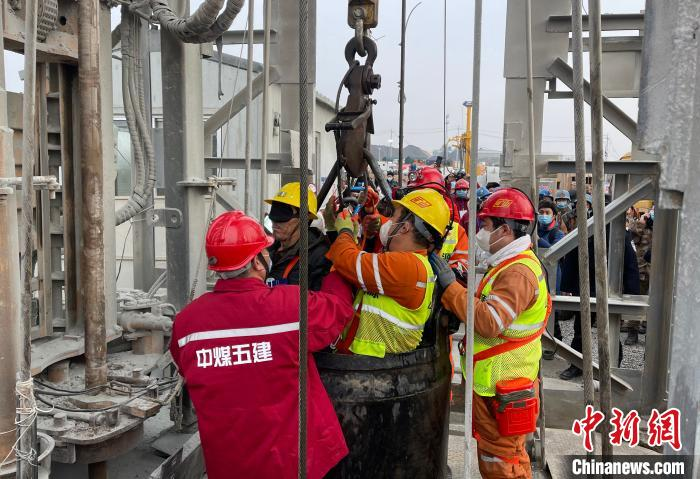 11 miners rose to the shaft 14 days after the explosion in the Qixia gold mine in Shandong, 10 people are still missing