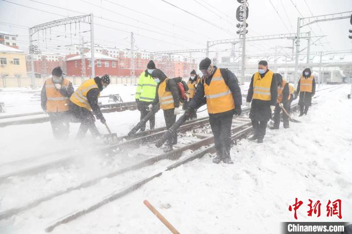 Heilongjiang Province ushered in the first snowfall during the Spring Festival transport, Harbin Railway guarantees safe travel for passengers