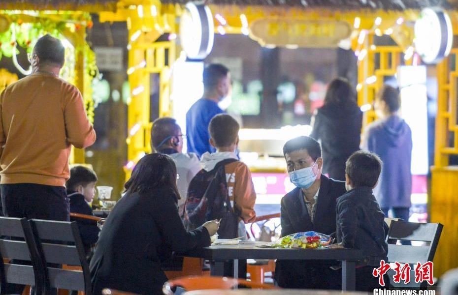 Urumqi night market welcomes guests