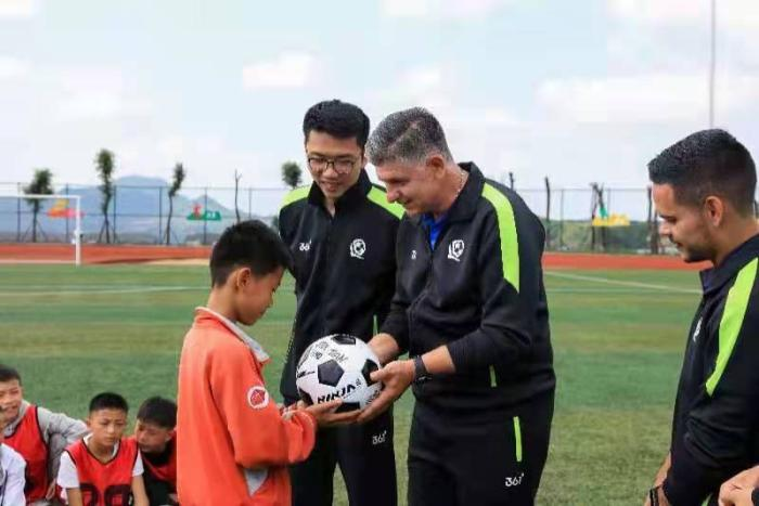 Evergrande Football School's gold medal coach trains for Dafang County teenagers to encourage brave pursuit of dreams