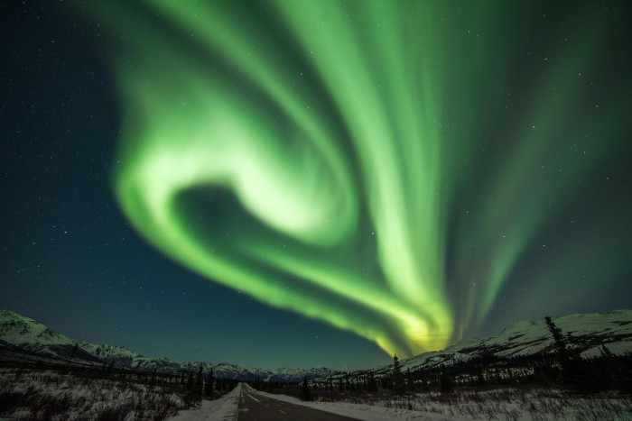 """Scientists let particles """"surf"""" on Alfvén waves and solved a big mystery of the Northern Lights"""