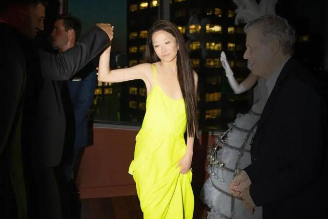 72-year-old Wang Weiwei and 36-year-old boyfriend are in the same frame, with elegant long hair and online appearance, and the yellow suspender skirt is eye-catching