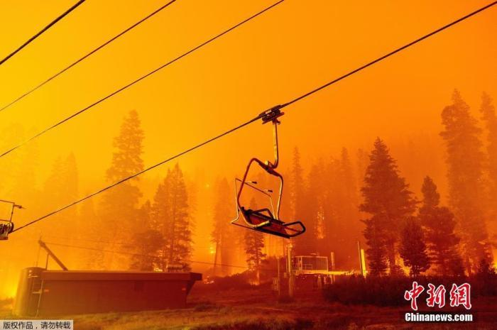 Wildfires in California are spreading! Long queues of evacuation vehicles shrouded in smoke at a resort