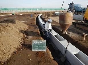コンクリート打設の様子。(VS側溝に関しては側溝の底となるコンクリート打設します。)