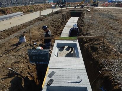⑤打設したコンクリ-ト上に高さ70cmの側溝を設置していきます。