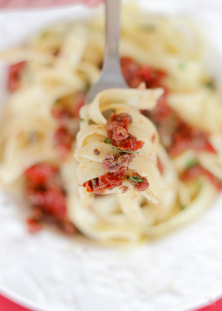 Pasta con anchoas, alcaparras y tomates secos