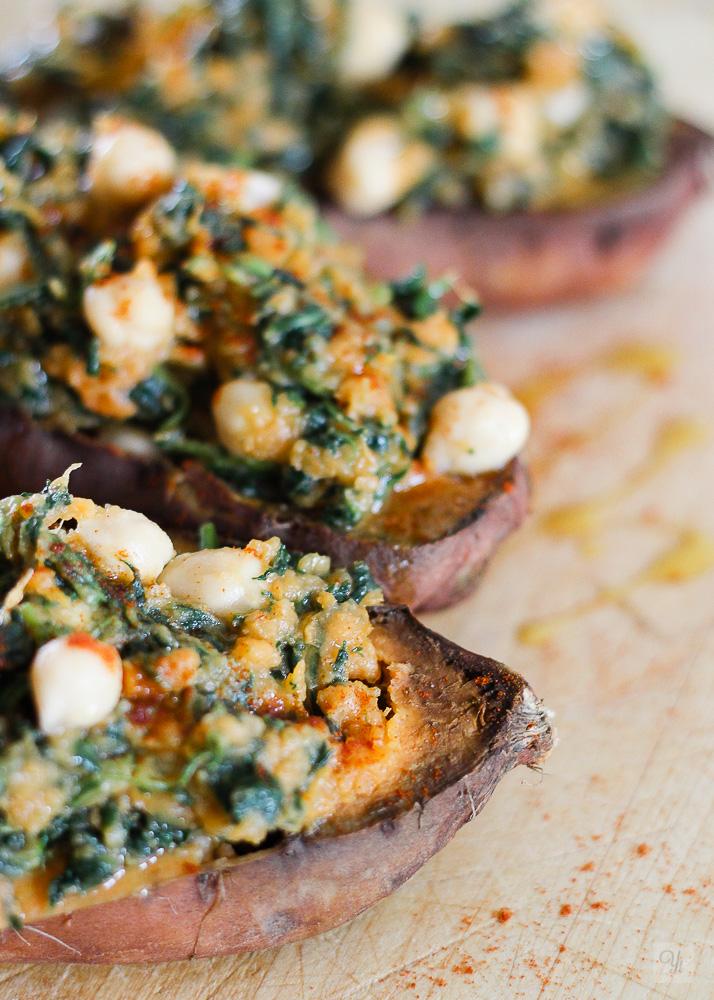 Batata asada con espinacas y garbanzos