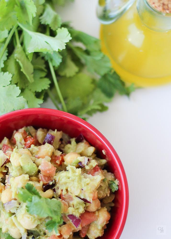Ensalada de garbanzos con aguacate y cilantro