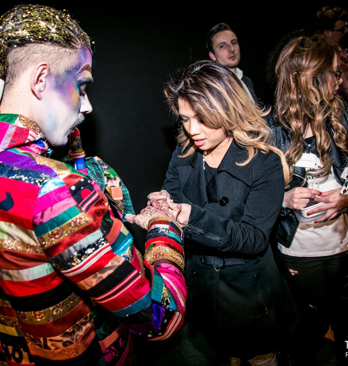 Kimmylien doet backstage de nagels van Bas Kosters