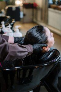hairdresser-washing-womans-hair