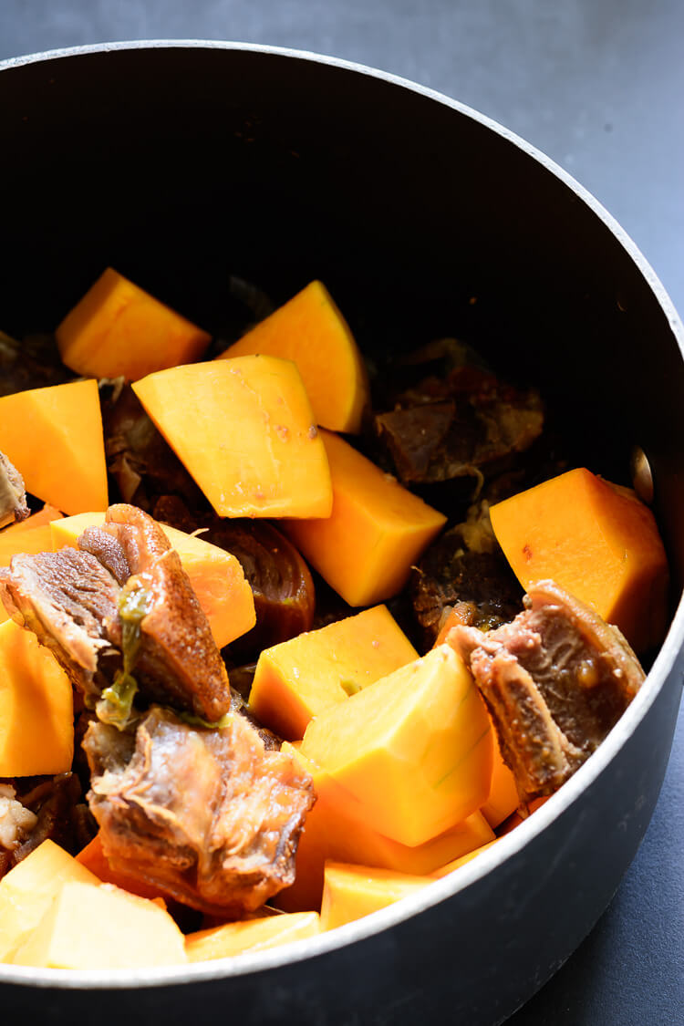 Miyan Taushe: Nigerian Pumpkin Stew - Pumpkin slices in pot with meat