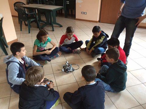 Yunik: i bambini intorno al robot