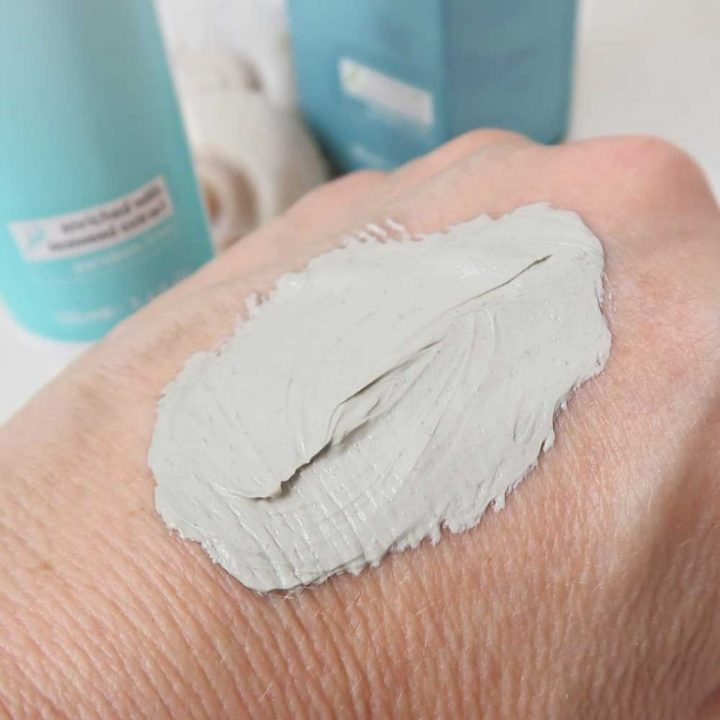 mineral-care-facial-mud-mask-pure-dead-sea-yustsome-review-cosmetitextpr-hand