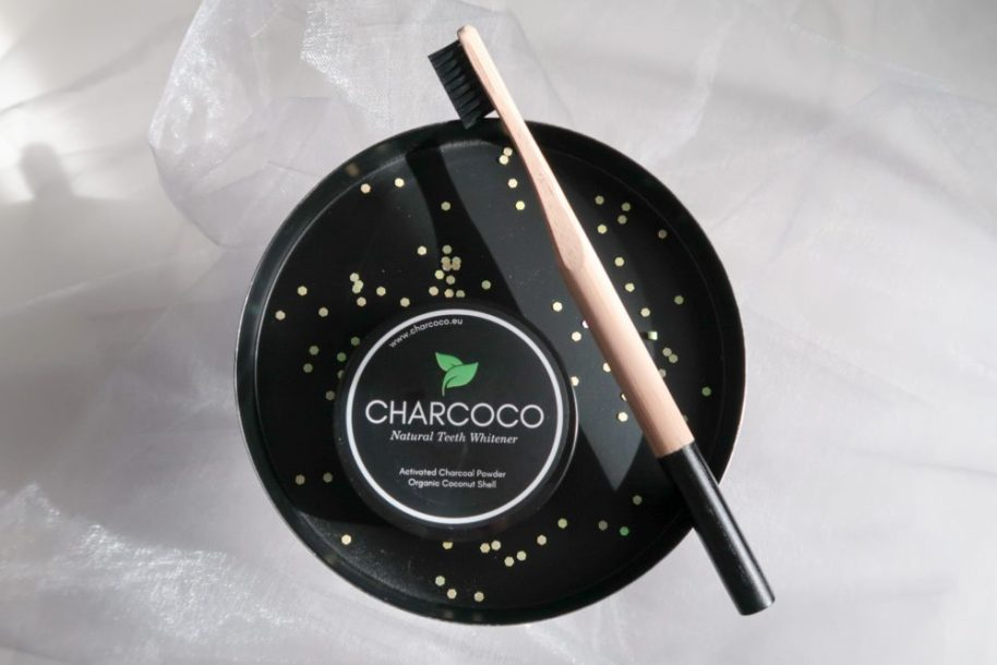 Charcoco, tooth, clean, poetsen, tanden, houtskool, charcoal, kool, zwart, poedervorm, beauty, schoonheid, review, blog, yustsome, tandpasta