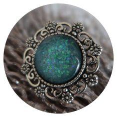 Bloemen ring met turkoois steen die in de zon holografisch is. 5,00
