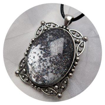 prachtige grote steen met zilver, zwart en holografische glitter op een zwarte achtergrond (steen nog niet verlijmd op foto). Inclusief ketting koord met sluiting. 10,00