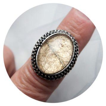VERKOCHT Ring, met gouden achtergrond waarop bladnerven zijn verwerkt. 5,00
