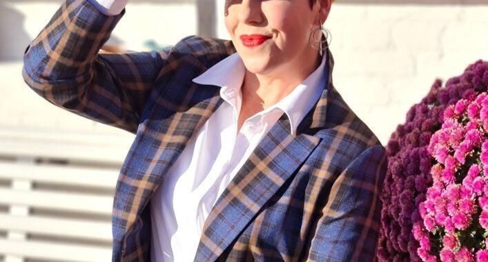 Klingel, vlotte, 50, plusser, mode, fashion, geruit, jasje, witte, blouse, jeans, dress in, stoer, look, tips, hoe, style, ik