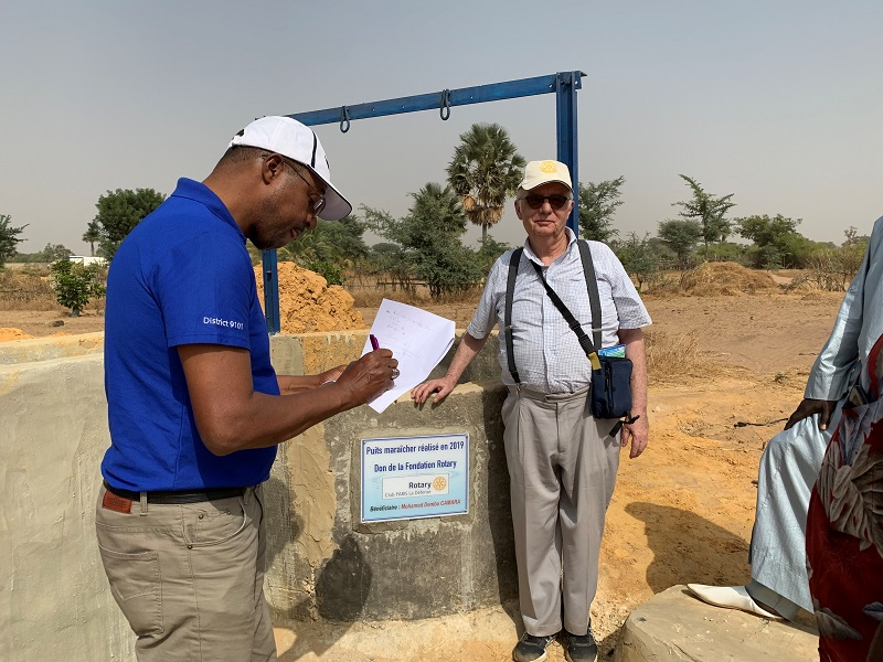 Les puits de Fimela avec la plaque du Rotary