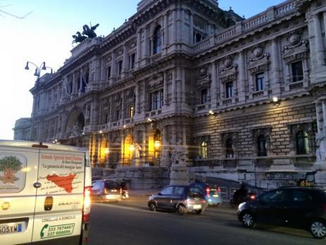 """Giacomo Rindone in giro per Roma a vendere le sue arance rosse. Palazzo di Giustizia (""""Palazzaccio"""")"""