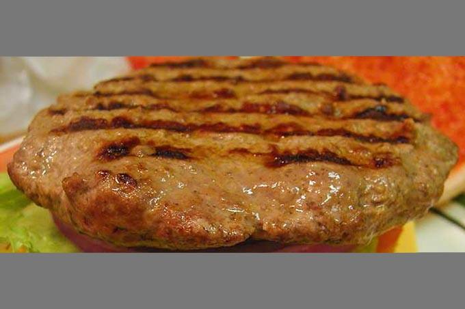 """Hamburger """"solfiti"""" e formaggio: 24 denunce a Catania e provincia"""