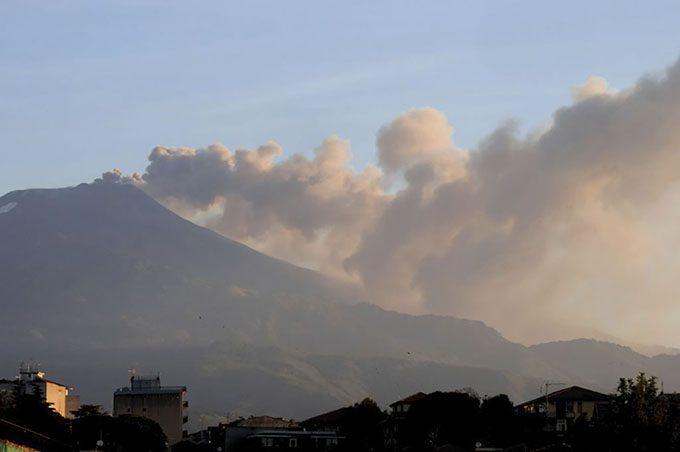 Etna, lava al Cratere Centrale, ma il gigante si placa