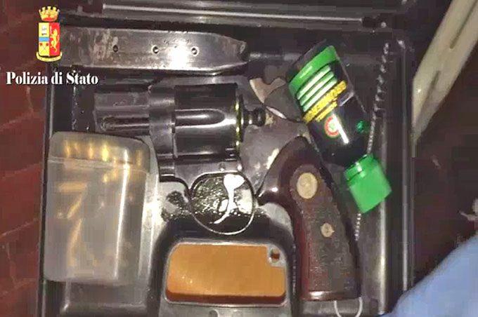 Catania, sequestrati arsenale e droga a Librino. Un arresto