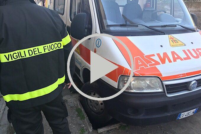 Adrano, ambulanza finisce in un tombino: liberata dai pompieri