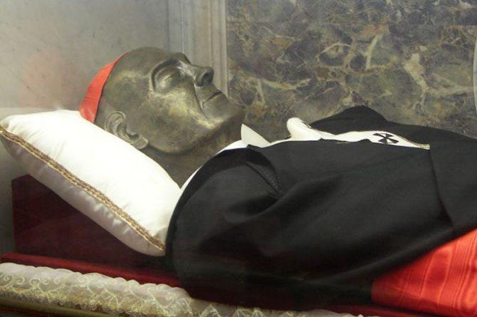 Il corpo del beato Giuseppe Benedetto Dusmet all'interno della cattedrale di Catania - Foto Riccardo Spoto