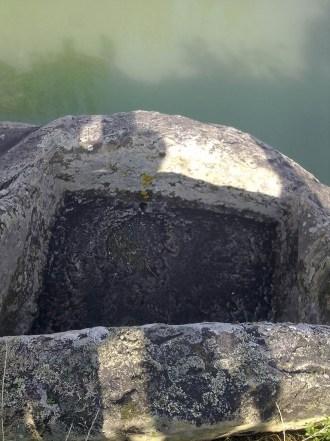 La vasca inferiore dell'Altare delle Muse a strapiombo sul fiume Simeto