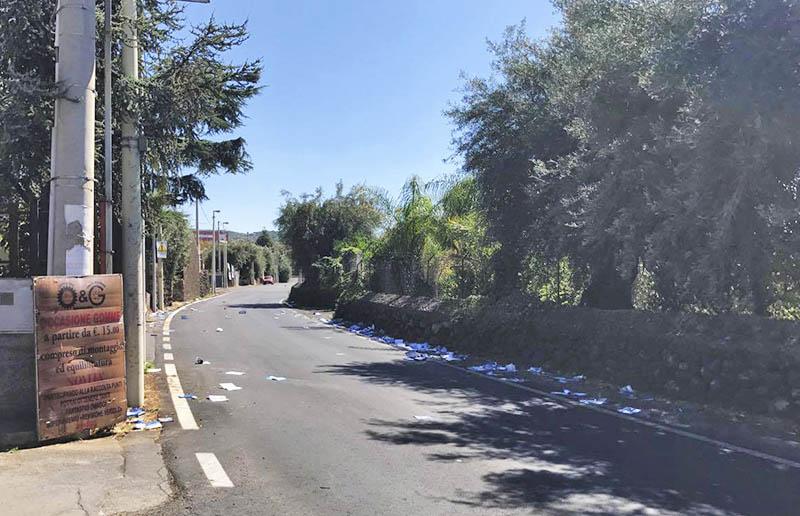 """Santa Maria di Licodia, opuscoli Tim abbandonati sulla strada """"Cavaliere Bosco"""". Indaga la municipale"""