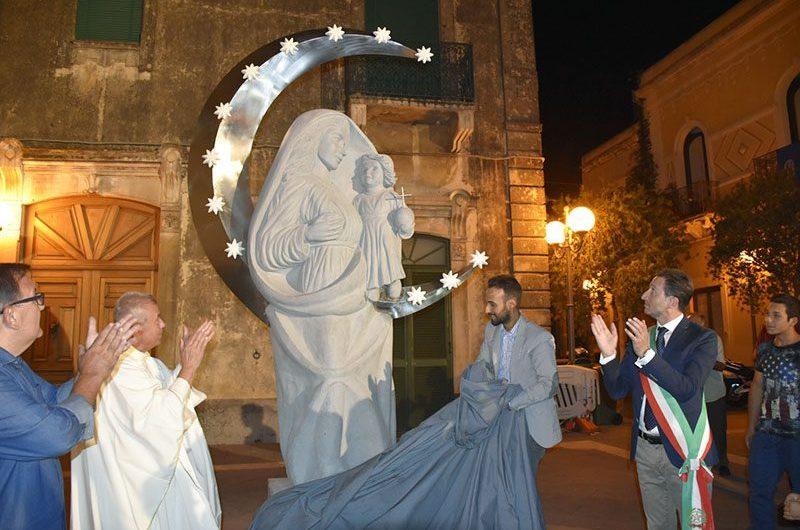 Belpasso, posata in piazza Sant'Antonio una statua dedicata alla Madonna delle Grazie