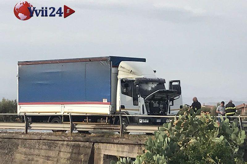 Santa Maria di Licodia, camion in fiamme sulla statale 284