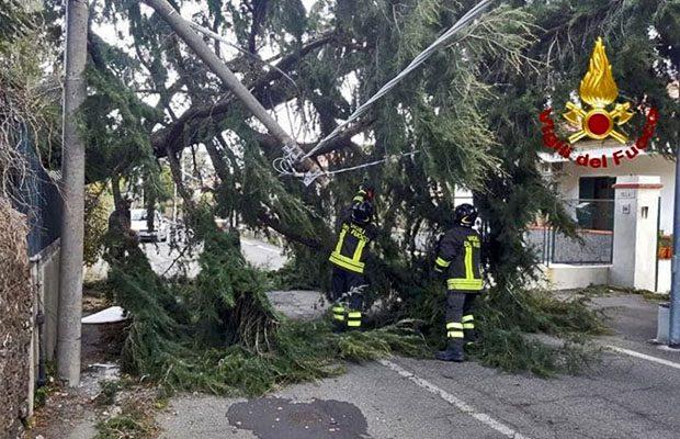 Forte vento in provincia di Catania, ingenti i danni