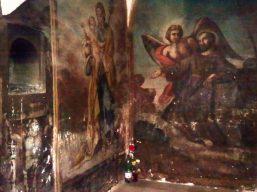 Dipinti di santi lungo le scale del convento