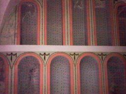 Nicchie allineate nella cripta della chiesa
