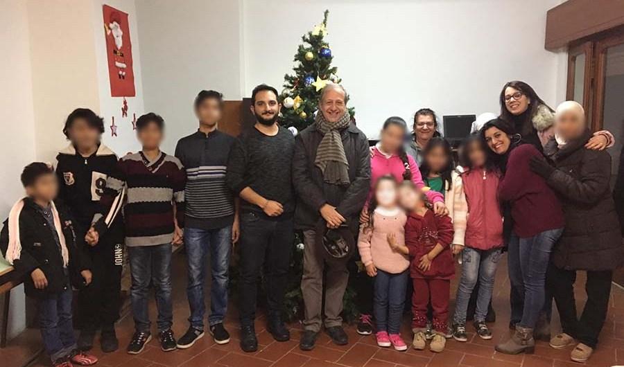 Santa Maria di Licodia. I bambini dello Sprar donano un albero di natale al Comune