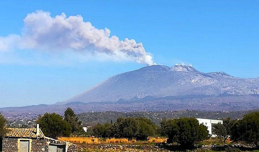 Etna. Emissione di cenere; nel pomeriggio Fontanarossa torna operativo