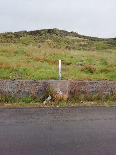 """Il palo su cui erano installati cartelli e telecamere sulla sp. 156, la """"strada della vergogna"""""""