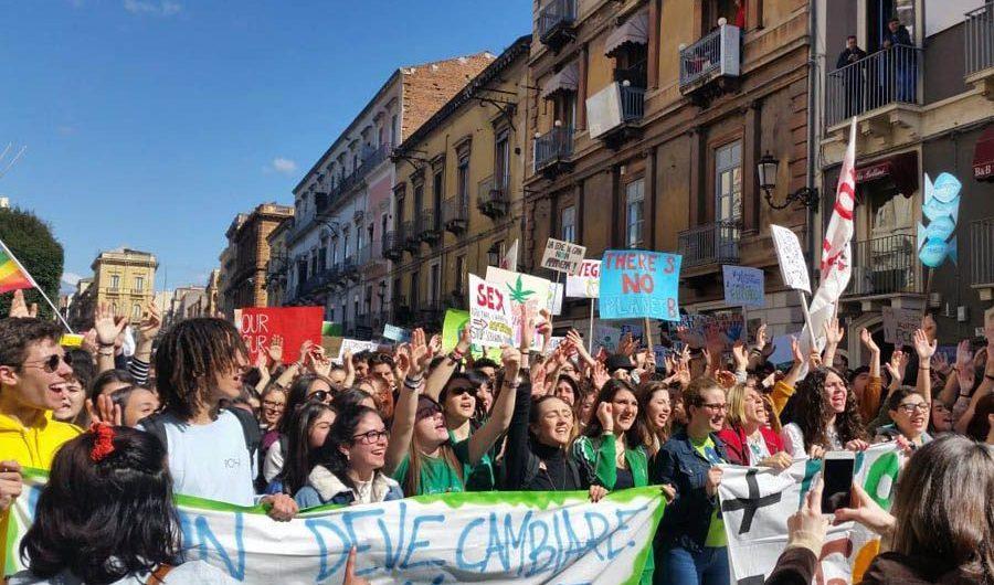 Anche a Catania migliaia di studenti in corteo per il clima